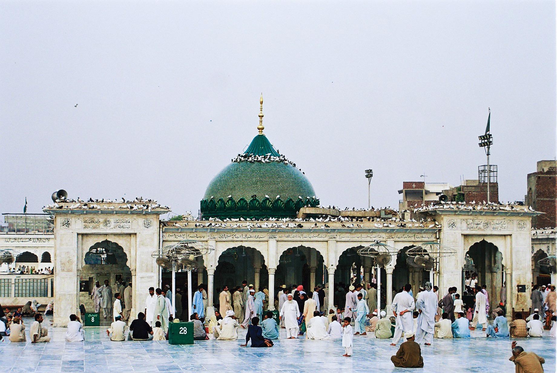 Najmanje 10 ljudi je poginulo i 20 ranjeno kod sufijskog mezara