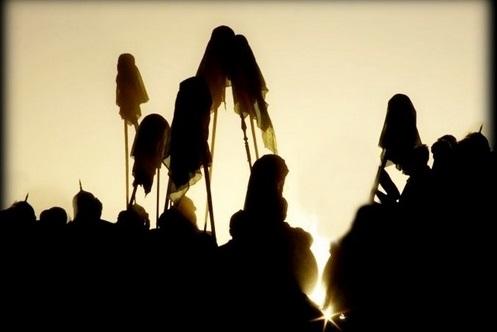 Glave na kopljima, tijela u pustinji